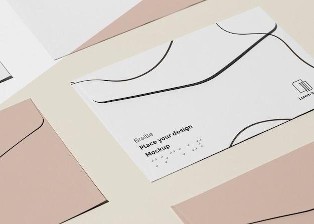 Alto ângulo do cartão de visita com braille