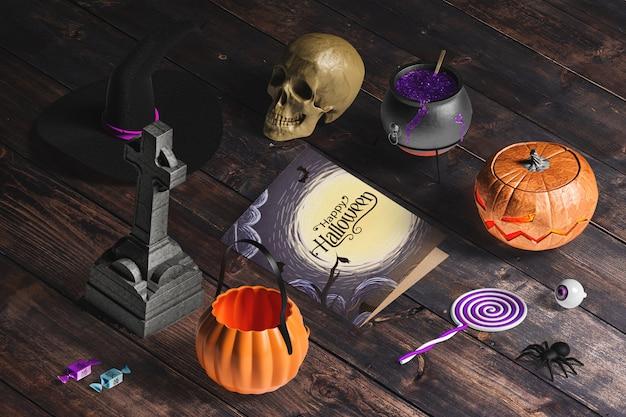 Alto ângulo do criador de cena de halloween na mesa de madeira