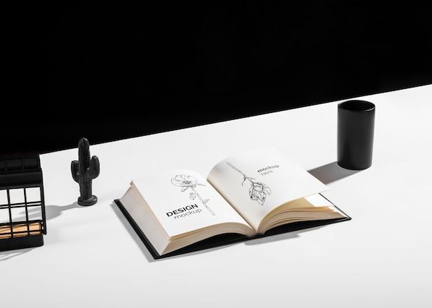 Alto ângulo do livro na mesa com decorações
