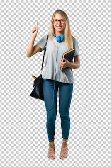 Aluna com óculos mostrando e levantando um dedo em sinal dos melhores