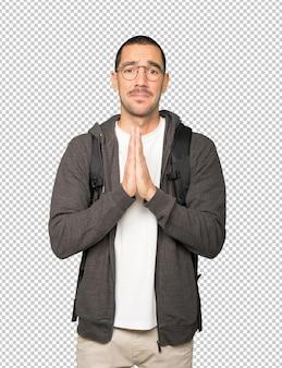 Aluno feliz em gesto de oração