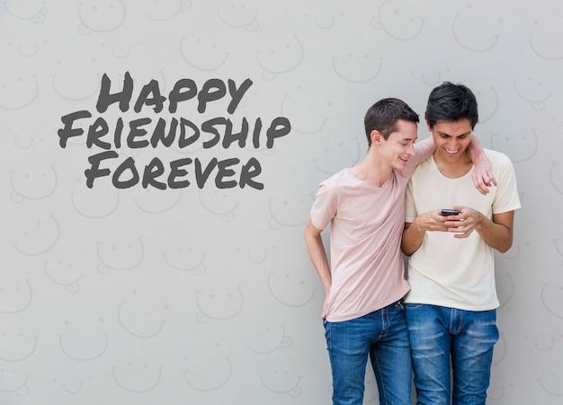 Amigos do sexo masculino olhando para smartphone