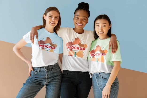 Amigos representando o conceito de inclusão com camisetas mock-up