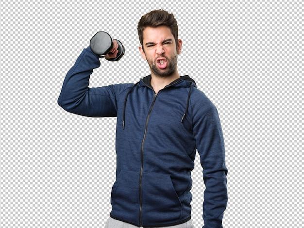 Angry young man usando halteres