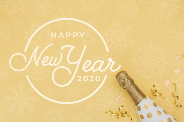 Ano novo 2020 com garrafa de champanhe dourada