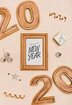 Ano novo minimalista letras na moldura dourada