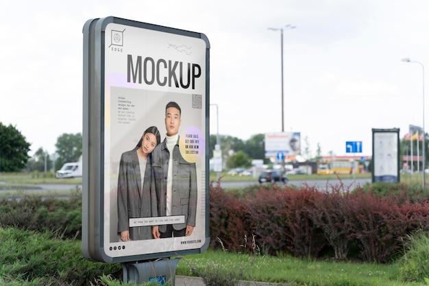 Anúncio de rua com foto de pessoas