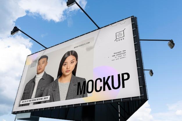 Anúncio de rua com homem e mulher