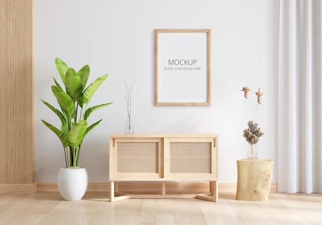Aparador de madeira no interior da sala de estar com maquete de moldura