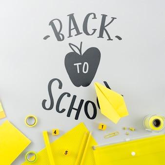 Apartamento deitar para a escola com suprimentos amarelos