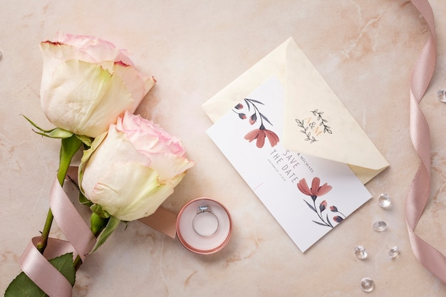 Apartamento leigo lindo arranjo de elementos de casamento com maquete de convite