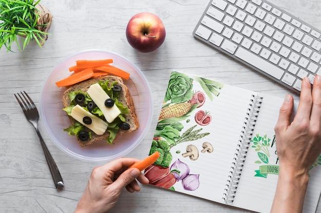 Apartamento leigos de comida saudável com maquete de bloco de notas