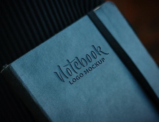 Apresentação da maquete do logotipo com caderno de couro
