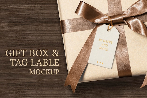 Apresente o modelo de tag de saudação psd em uma caixa de presente com o texto seja feliz e sorria