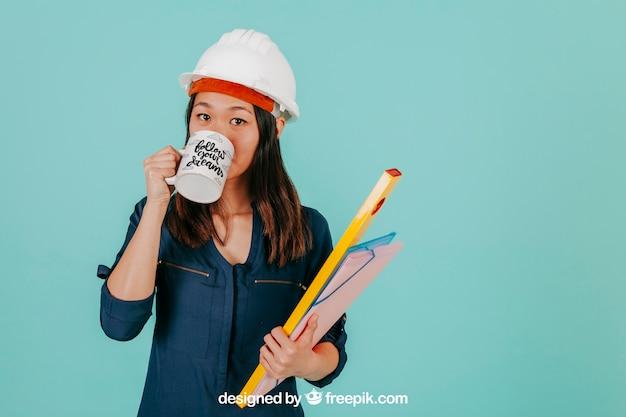 Arquiteto feminino com caneca