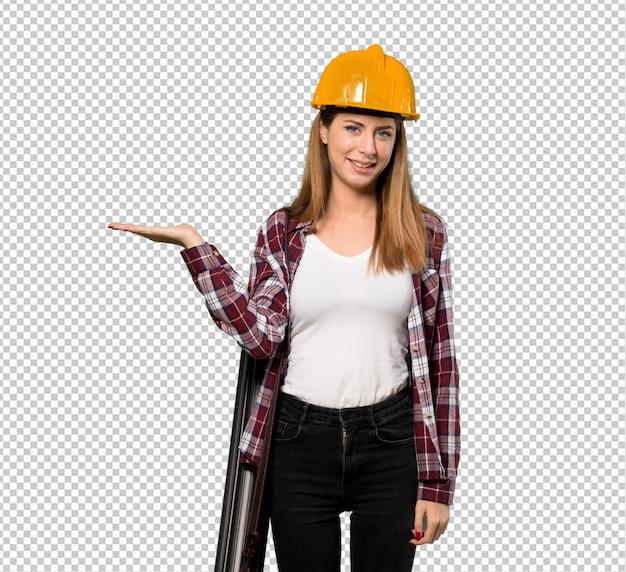 Arquiteto mulher segurando copyspace imaginário na palma da mão para inserir um anúncio