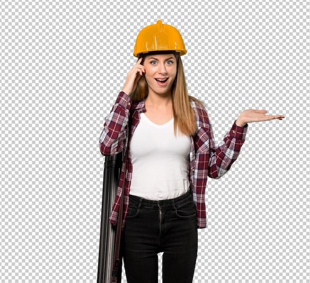 Arquiteto mulher surpreso e apontando o dedo para o lado