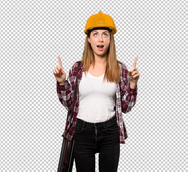 Arquiteto mulher surpreso e apontando para cima