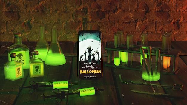 Arranjo assustador de halloween com smartphone