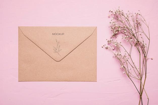 Arranjo com envelope e flor