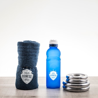 Arranjo com garrafa de água e toalha