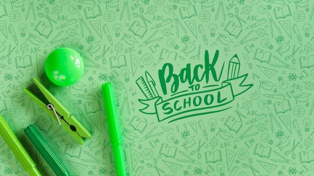 Arranjo com suprimentos ecológicos para o evento de volta às aulas