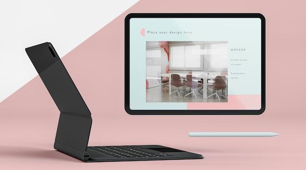 Arranjo da vista frontal com tablet e teclado