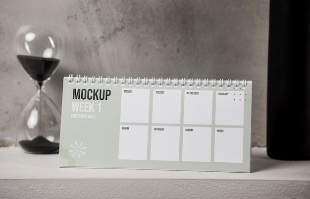 Arranjo de calendário de mesa mock-up dentro de casa