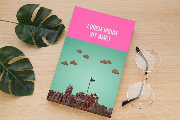 Arranjo de capa de livro com óculos