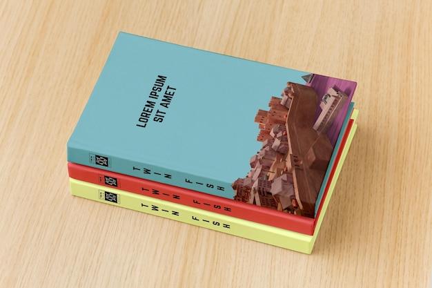 Arranjo de capa de livro sobre fundo de madeira