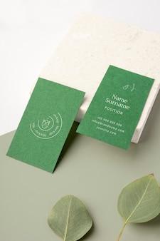 Arranjo de cartões de visita com folhas
