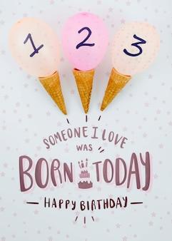 Arranjo de casquinhas de sorvete e balões de aniversário