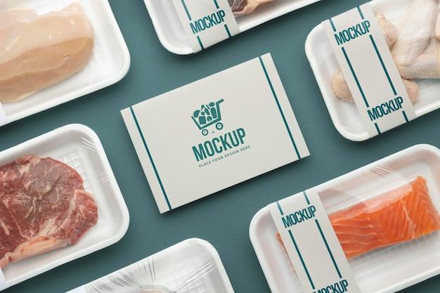 Arranjo de comida congelada com cartão mock-up