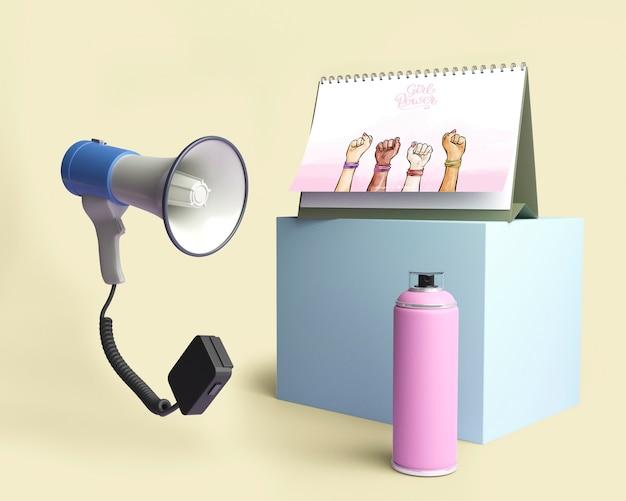 Arranjo de conceito de poder de garota com megafone