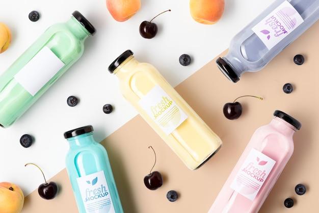 Arranjo de deliciosos smoothies antioxidantes e cerejas