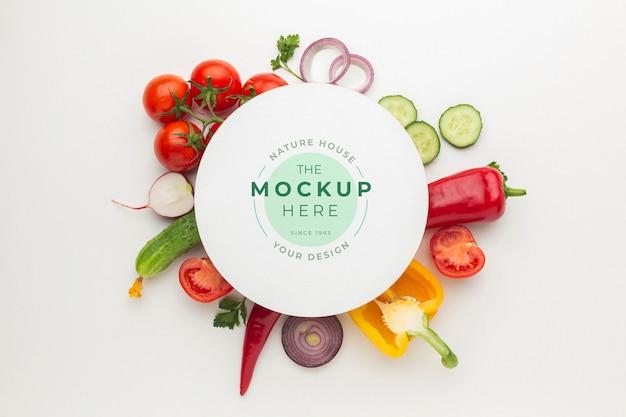 Arranjo de deliciosos vegetais com cartão de mock-up