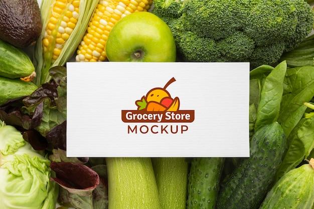 Arranjo de deliciosos vegetais e frutas com cartão de mock-up