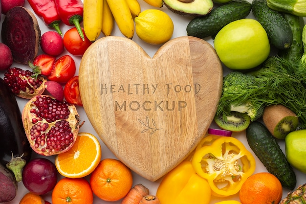 Arranjo de deliciosos vegetais e frutas com maquete de madeira