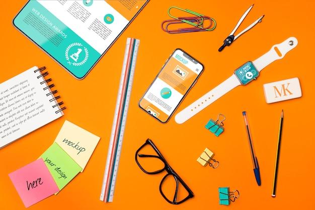 Arranjo de dispositivos e itens de mesa planos