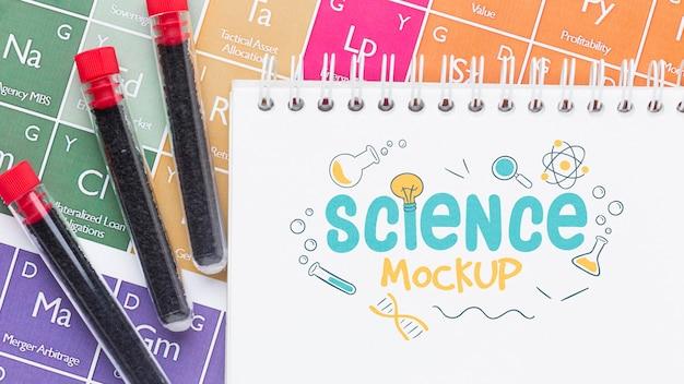 Arranjo de elementos científicos com maquete de bloco de notas