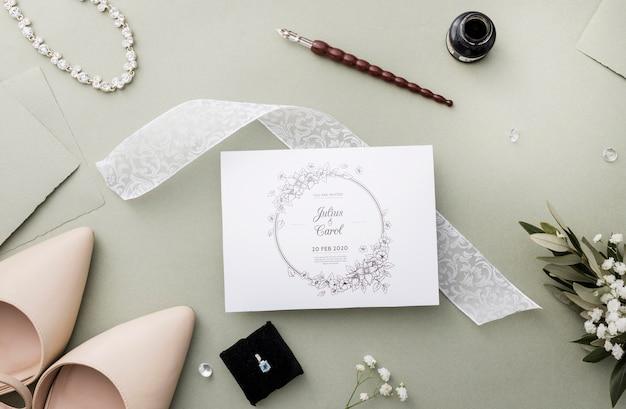 Arranjo de elementos de casamento com maquete de cartão