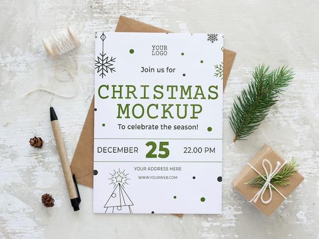 Arranjo de elementos de véspera de natal com maquete de cartão