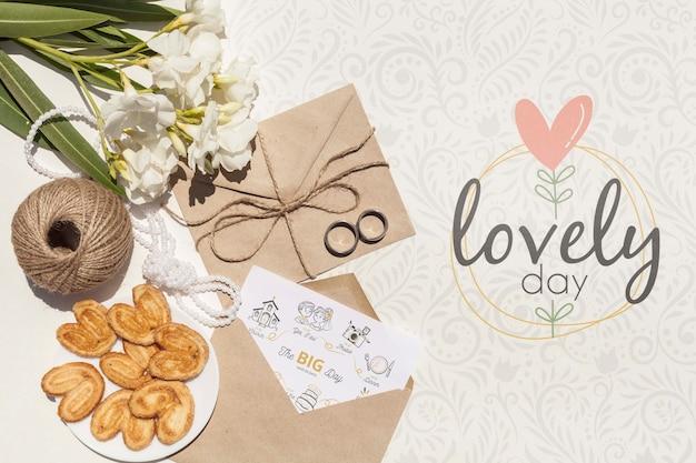 Arranjo de envelope de papel com letras de casamento