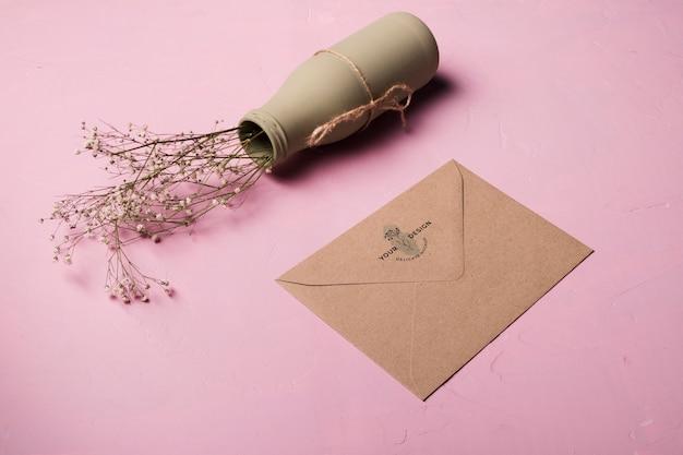 Arranjo de envelope e vaso de alto ângulo