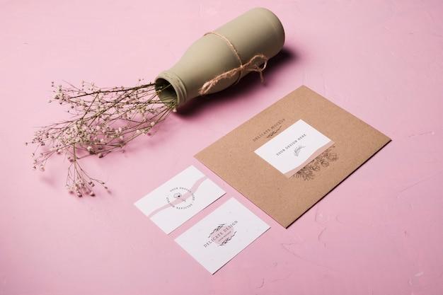 Arranjo de envelope e vaso de flores