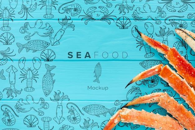 Arranjo de frutos do mar com maquete