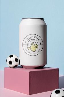Arranjo de latas de futebol e refrigerante