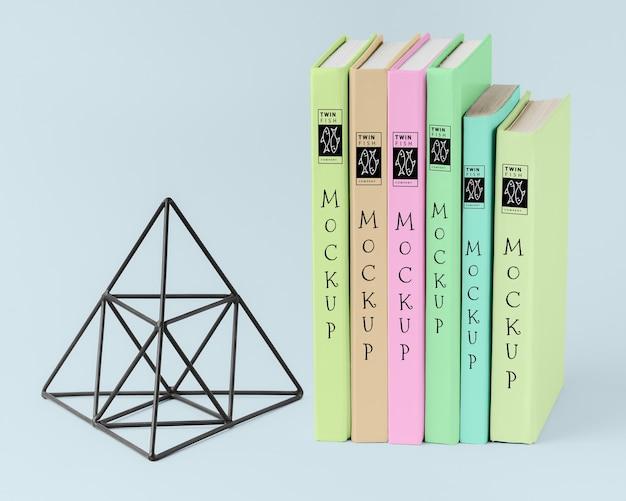 Arranjo de livros com figura de pirâmide