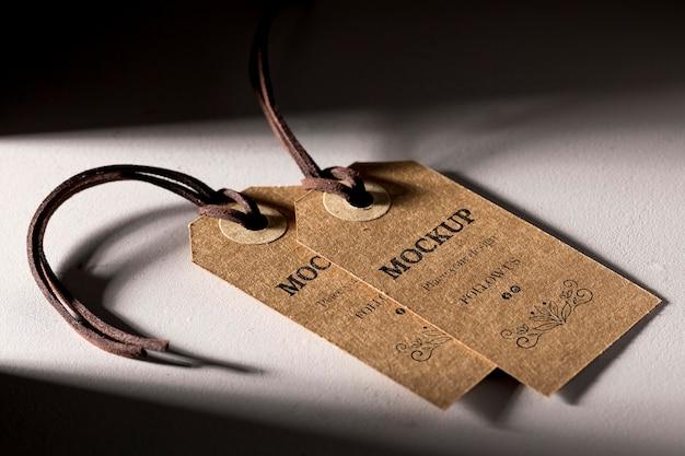 Arranjo de maquete de alta vista de etiquetas de roupas de papelão