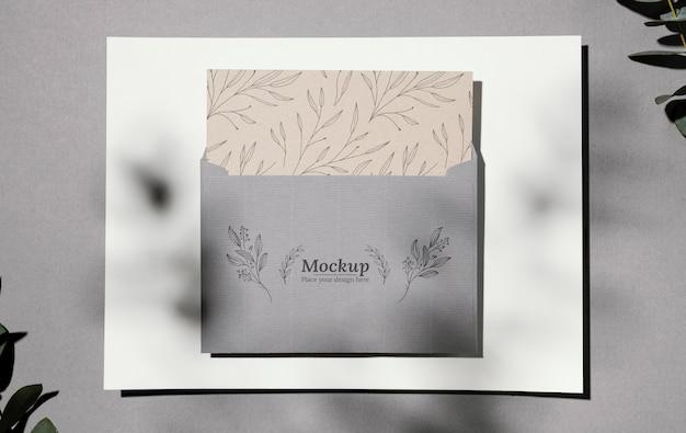 Arranjo de maquete de cartão de material natural